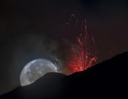 etna-eruption-lune-sommet-volcan-sicile